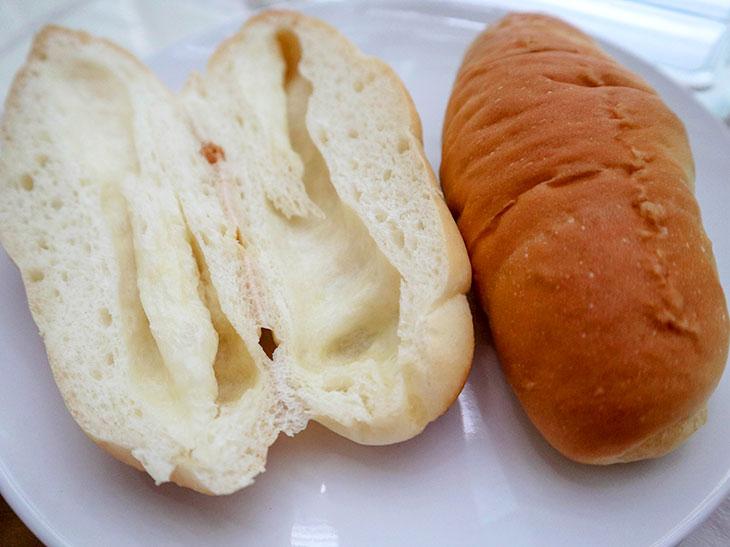 「塩パン」を切ってみると中に空洞が