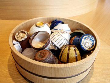 金継ぎした唯一無二の酒器をじっくり味わう客は日本人ではなかった。【酒器も肴のうち】