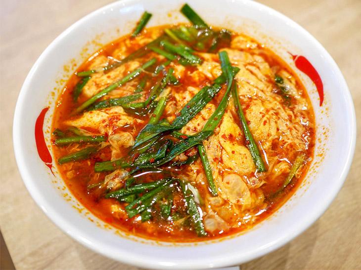 """ベーシックな「辛麺」(850円)。いくつもの唐辛子を調合した辛いだけではない""""旨辛スープ""""に溶き卵を入れ、最後にニラをのせる。辛さの向こうにある旨さがたまらない"""