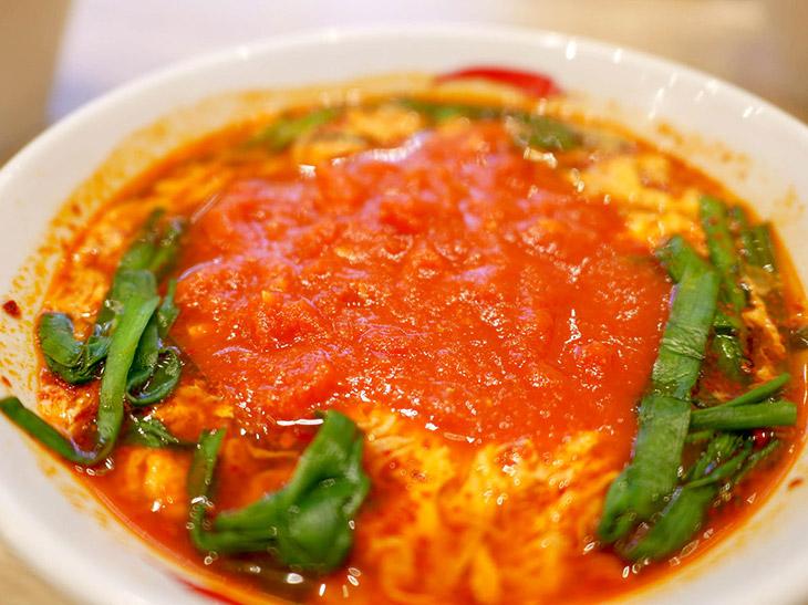 「トマト辛麺」(900円)。「辛麺」にトマトをのせると辛みが抑えられまろやかに。辛いものが苦手な人でも辛麺の旨さを堪能できる