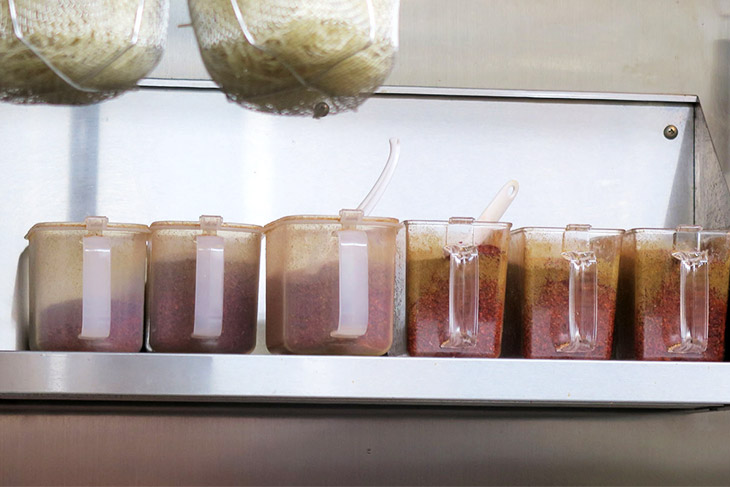 厨房の奥には唐辛子が並ぶ。期待が高まる? この唐辛子の量で辛さを調節する