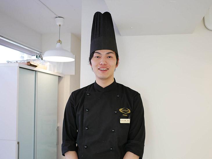 関西の高級割烹店で修業経験を持つ、RIZAP吉祥寺店の高橋伸幸トレーナー。運動指導もできるという爽やか100%のイケメン料理人だ
