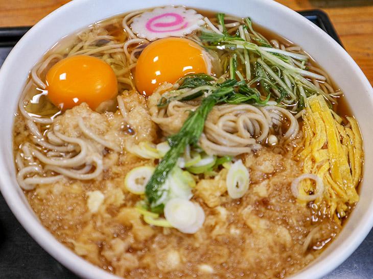 「たぬき」580円に、荒川さんオリジナルの生卵50円を2つのせた「たぬきの目玉そば」680円なり