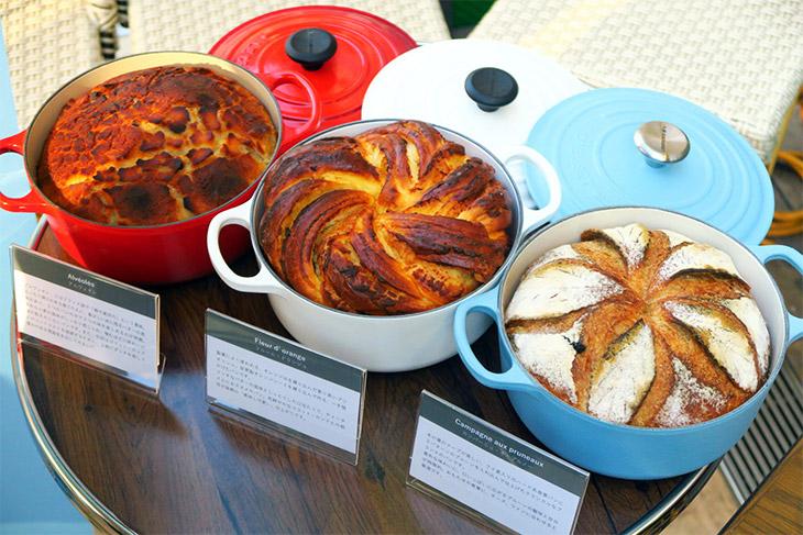 いずれのパンもル・クルーゼを使用。生地に熱ムラなく火が通り、熱の入り方が安定するので、なかはふっくら、外は香ばしいパンが焼ける。