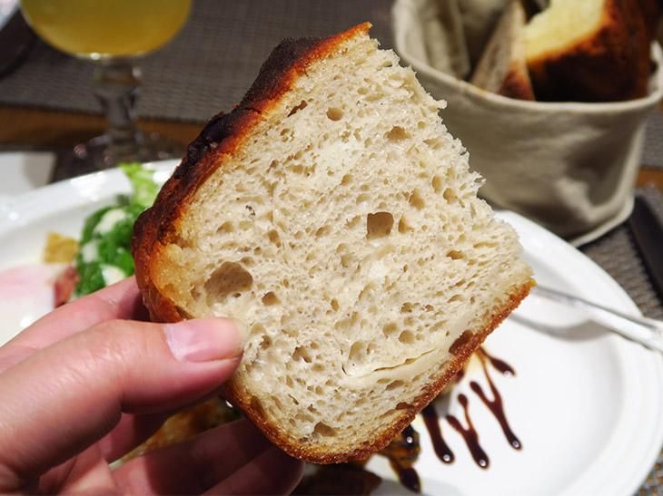 噛めば噛むほど小麦とバターが口いっぱいに広がり、ついパンだけでも食べ進めたくなる。