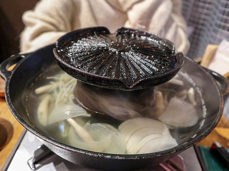 本当に独特。ラムしゃぶの鍋に鉄板が付いている