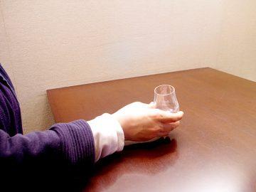 ウイスキーのテイスティンググラスに氷ひとつ浮かべて日本酒をたしなむ夏の日。【酒器も肴のうち】