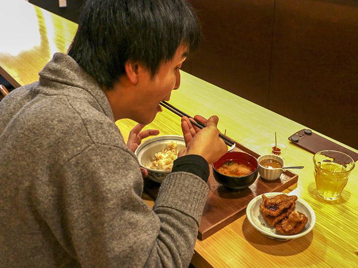常連さんの中には、丼のカツを蓋にのせて、ご飯とカツを別々に食べる人も