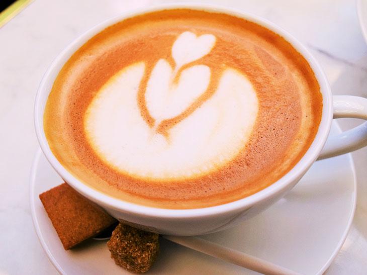 カフェラテも大きなカップでたっぷりと。おしゃべりにも花が咲きそう