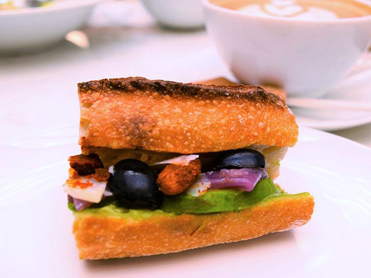 「アボカドバターと赤玉ねぎのサンド」。バゲットサンドイッチは1階で購入可能です