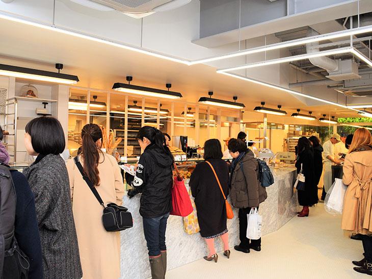 パリの食文化やライフスタイルを発信するため、提供するスイーツやパン、空間造りに至るまで、こだわった東京本店