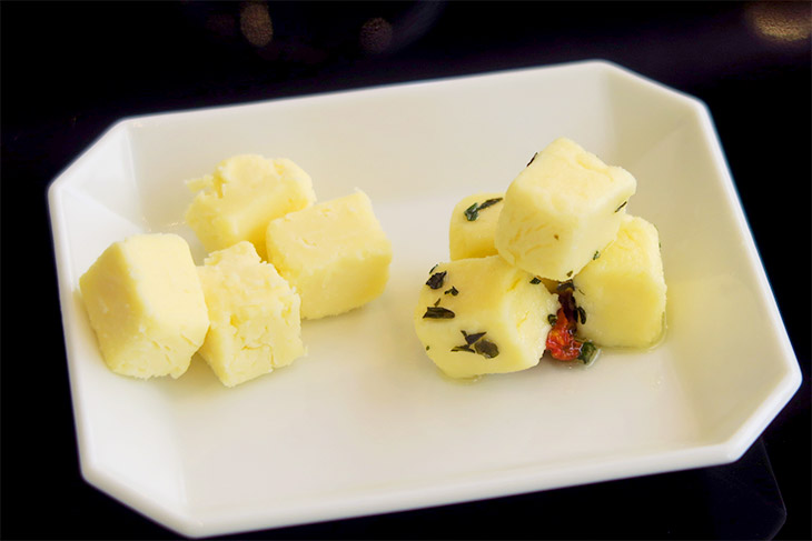 左はプレーンな状態、右はハーブとオリーブオイルでアクセントを加えたもの。食感は完全にチーズで、大豆の味はほぼ感じない