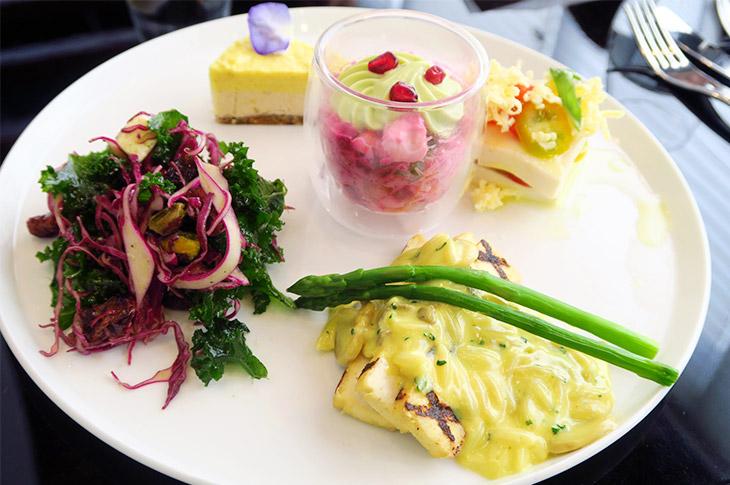 ワンプレート上のほとんどの料理にBEYOND TOFUが使用されている。サラダ、カプレーゼ、マッシュルームリゾット、チーズケーキ風デザートなど、バリエーションが豊富