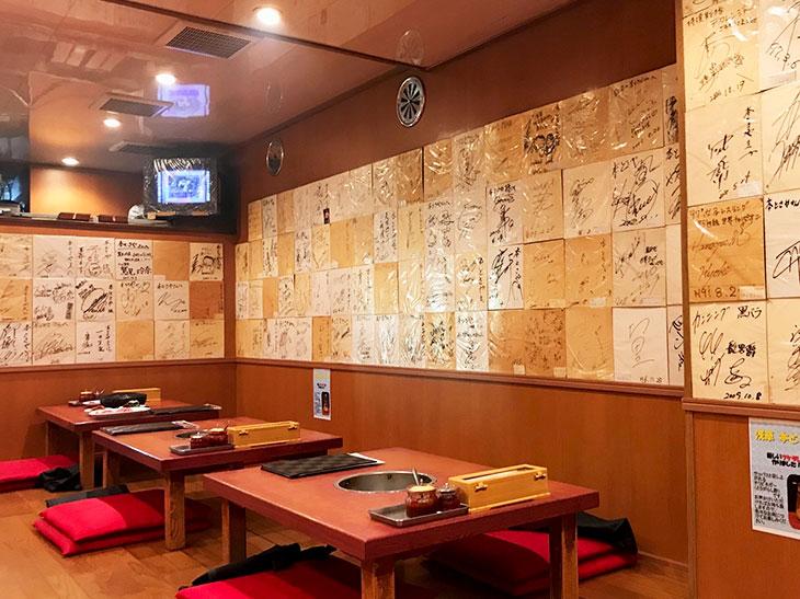 浅草に開業し37年という名実ともに熟達した業界のカリスマ店。店内の壁には、数多くの著名人のサインも並んでいます