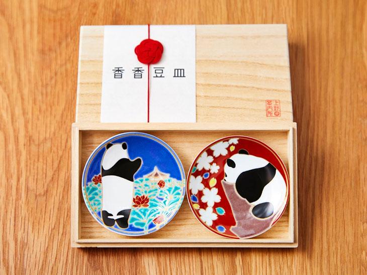 後ろ姿にキュン死寸前! 九谷焼「シャンシャン豆皿」が上野に登場