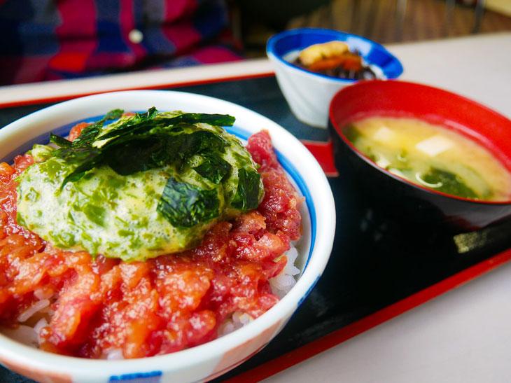 マグロの旨さ爆発! 神奈川・宮川漁港で味わう『まるよし食堂』の絶品「海かけ丼」とは?