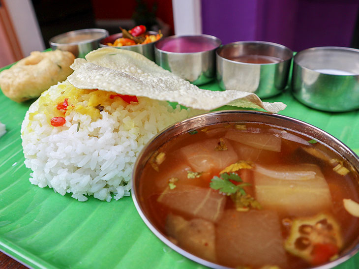 南インドのミールス(定食)は、汁っぽいものが多いのが特徴。とくに右の「サンバル」という汁は、豆(トゥールダール)を煮出したもので、日本の味噌汁のような日常食