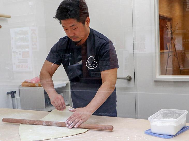 店主の佐藤勇二さん。学生時代、ラグビーをやっていて体格もがっちり。腕っぷしが強そう
