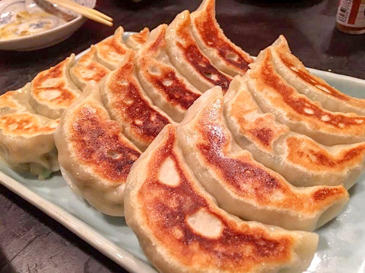 友人たちと食べる時は「手造焼餃子」(5ヶ)450円を3皿分