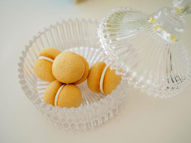 さくっ、ほろっとした食感で、間にレモンチョコレートをサンド。10個入り850円、15個入り1,275円