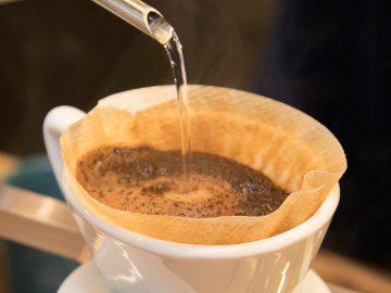 コーヒーにお湯をいれて抽出する