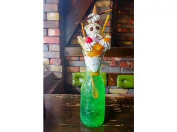 ワイン用デキャンタでパフェを食べる!? 『珈琲屋OB』のデカ盛りクリームソーダパフェがスゴい!