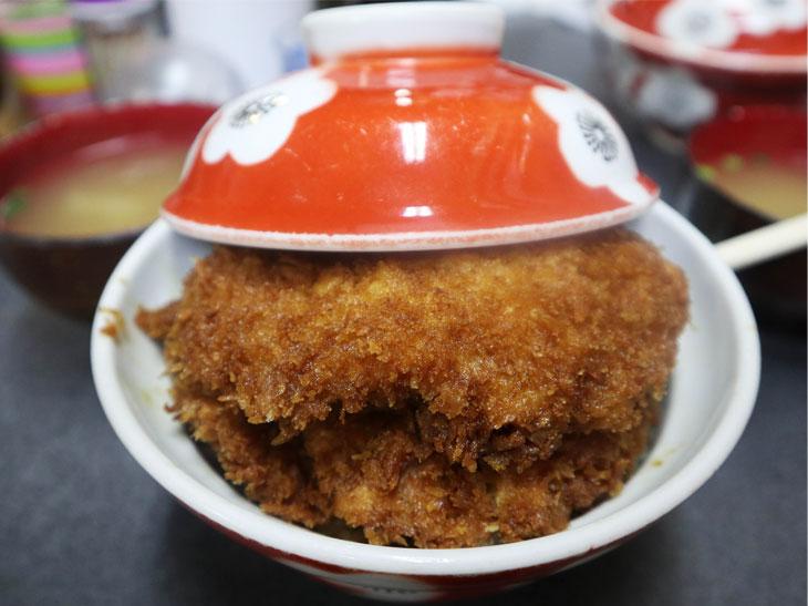 東京から日帰りで楽しめる! 秩父名物「わらじかつ」の正しい食べ方とは?