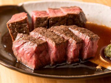 肉汁滴る牛ランプの炭火焼き。甘口の醤油とワサビで