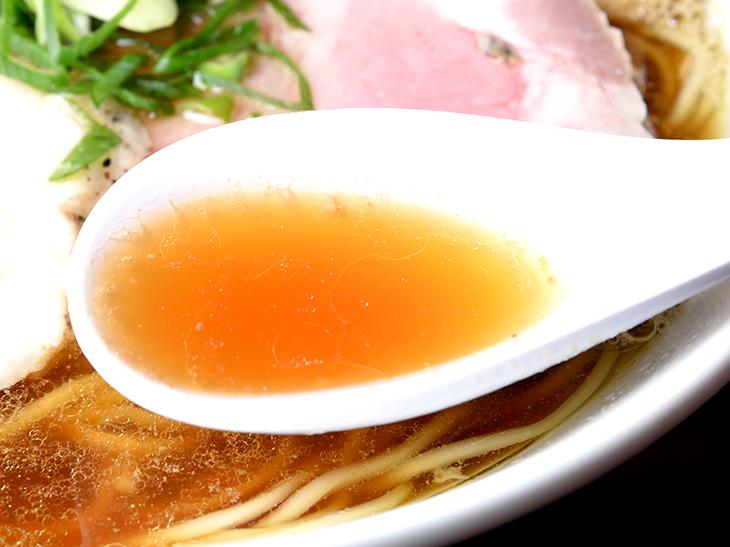 鯵の旨みが染み出したスープは、醤油、鶏出汁の味もしっかりと感じられる優しい味