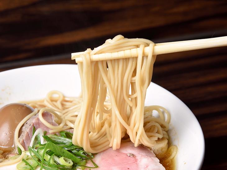 軽やかな歯応えが印象的なストレート麺とスープの相性も抜群
