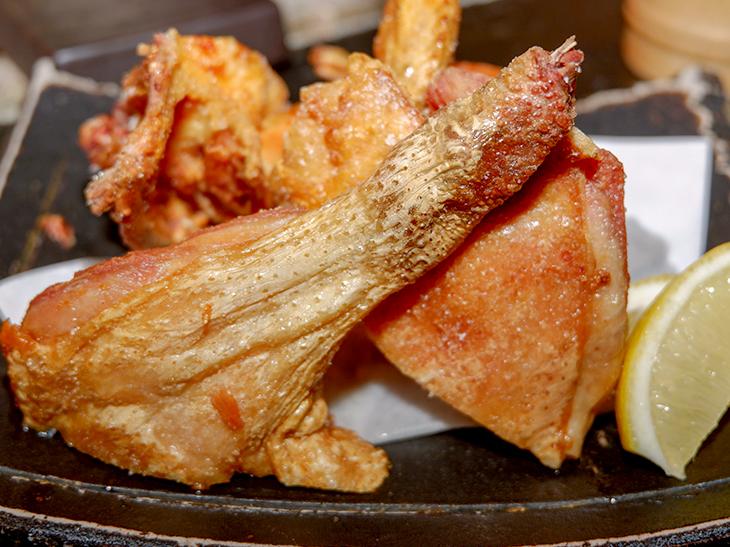 味付けは岩塩のみ!『鶏味座』のひな鶏の半身揚げは、もはや芸術品である