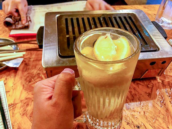 これでもか! と、大量の凍らせたレモンが入ったジョッキに、サワーを注ぐ形式。ホッピーの「中」のように、継ぎ足せるおかわりサワーがあるので、レモンの味が消えるまでお得にレモンサワーが楽しめます