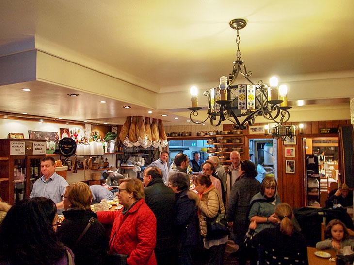 世界中の観光客が訪れ、いつも賑わう『LA VINA』