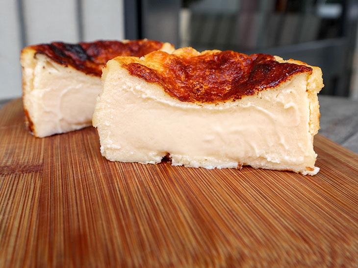 勝羅さんが秘伝レシピをもとに作ったチーズケーキ8cm700円。サイズは15cm(4,000円)も用意