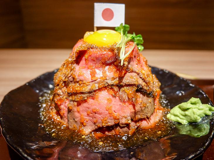 """ローストビーフ丼界の""""エベレスト""""とは? 日本橋『北海道焼肉 ふらの 肉割烹』の肉の頂きにチャレンジしてきた!"""