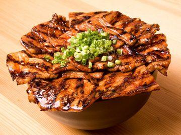 丼からはみ出す豚のボリュームがスゴイ! ガッツリ食べたい『豚野郎』の炭火焼豚丼