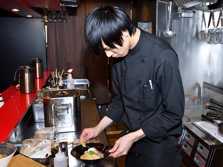 厨房に立ち腕を振るうのは、この店の店長・早坂さん