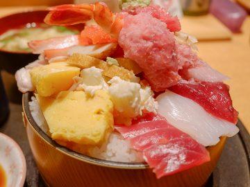 行列ができる神田『すし定』の「大盛りちらし寿司」をガッツリ食べてきた!
