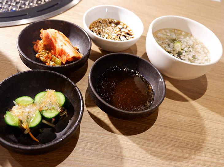 2種類のタレのほか、キムチや浅漬け、スープもついてきます
