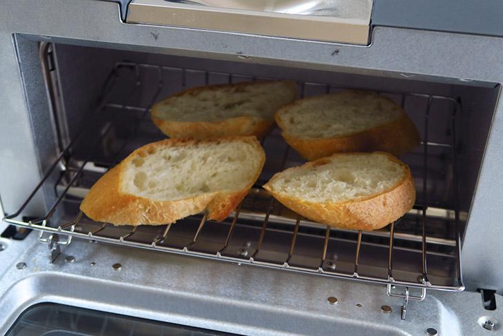 クロワッサンもフランスパンも、一般的なトースターでは焦がさずに仕上げるのが難しいが、BALMUDA The Toasterならモードを選んで焼くだけでOK