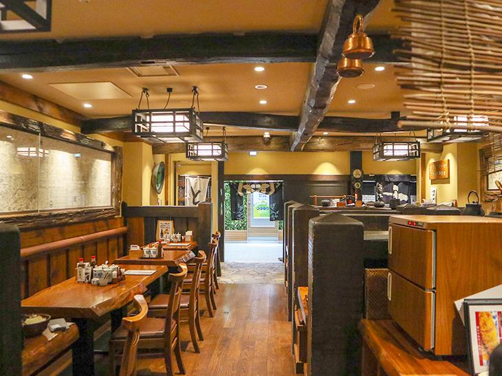 向かったのはオフィスビルが立ち並ぶ内幸町の『かつ吉 日比谷国際ビル店』。ちなみに新丸ビル店、渋谷店の3店舗で「冷やしかつ丼・醤油味」が食べられます。