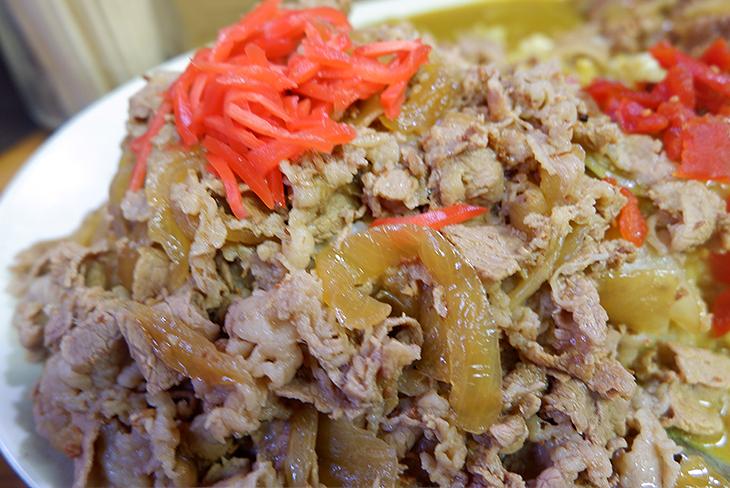 皿の左側に配された牛丼の牛薄切り肉