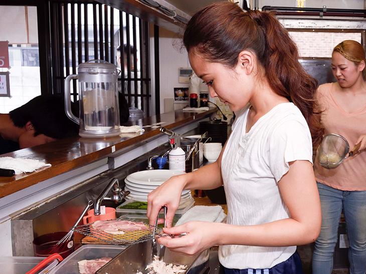 同店を任されるのは、店主の登愛理沙さん(写真手前)と、スタッフのアミーピーさん(写真奥)の二人