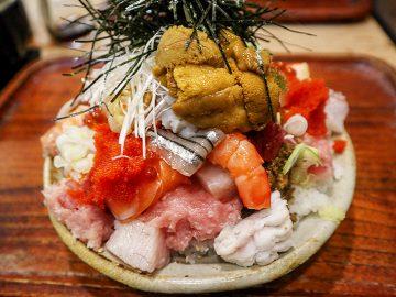 """ネタが20種類以上の""""富士山""""盛り! 女性が夢中になる『江戸富士』の「バラ海鮮丼」が頂点を極めている理由とは?"""