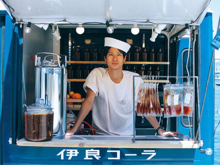 店主のコーラ小林さん。「伊良コーラ」の製造と販売を一手に行っている。