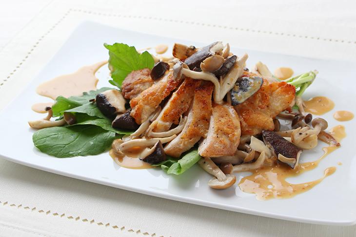 公式サイトにはさまざまなレシピが載っている。画像は「鶏肉のグリルきのこクリームソース」