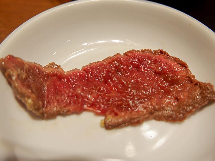 赤身馬肉をレアで焼いています。美しい!