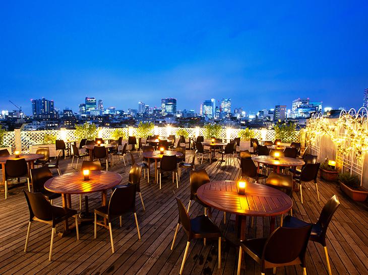 会場となるのは、東京・原宿の明治神宮前駅から徒歩1分のレストラン『ベニーレ ベニーレ』。テラス限定開催なので夜景が楽しめます