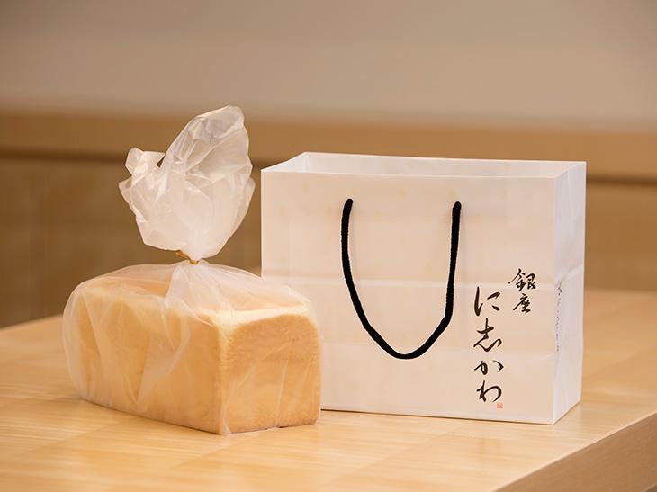 ギフトとしても映えるよう、パン屋としては珍しい紙袋を採用