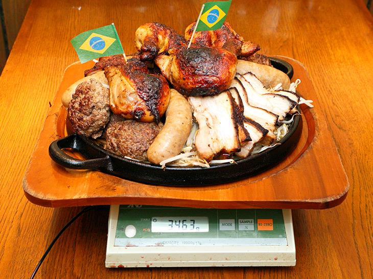 実際に測ったところ、3,463g(鉄板と木のプレートの重さは除く)リアルに肉の山! モヤシなどの野菜を含め、7.29ポンド(3,320g)より実際は重かった!